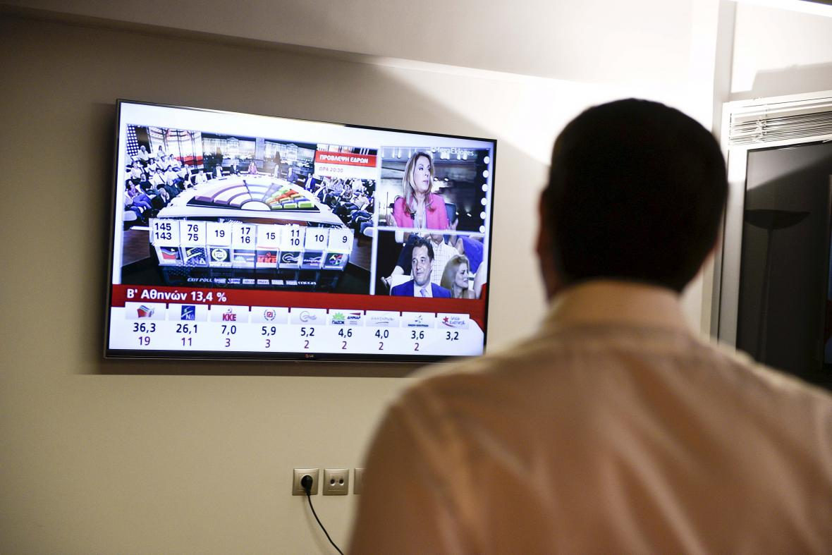 Alexis Tsipras s uspokojením sleduje výsledky předčasných parlamentních voleb