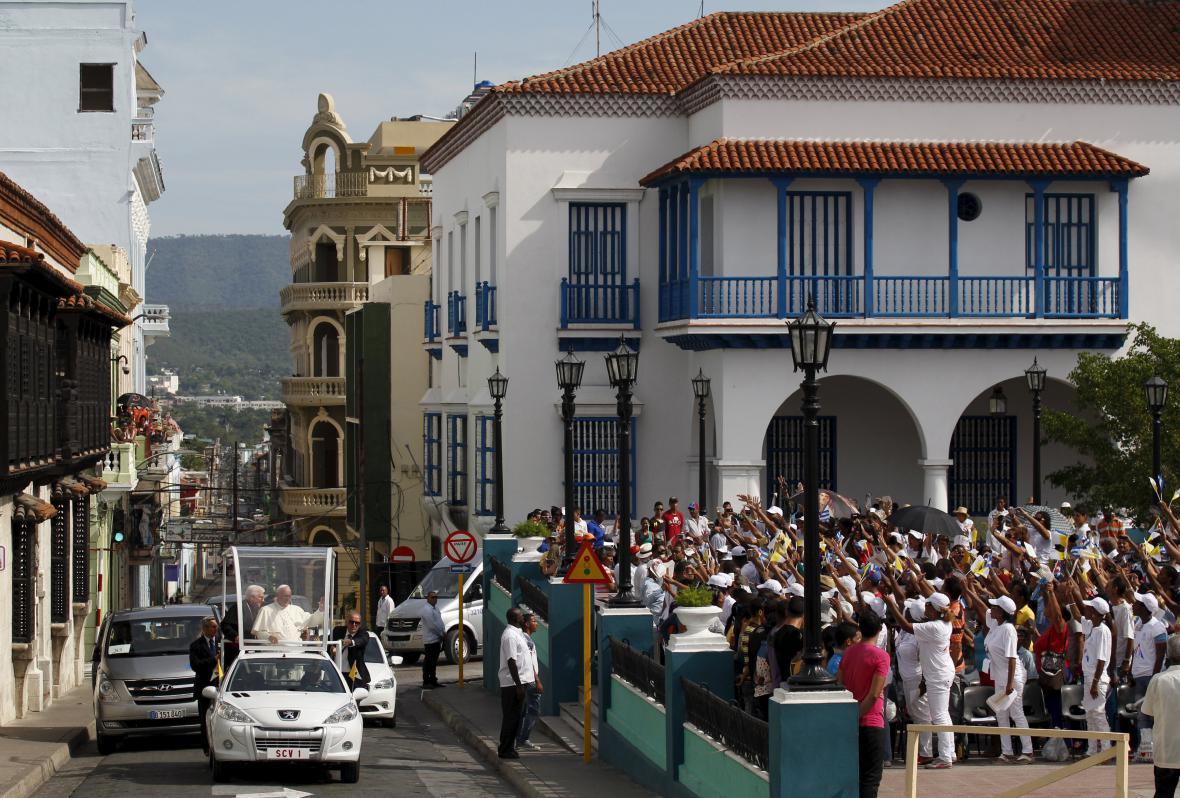Papež Františkem projíždí Santiagem de Cuba