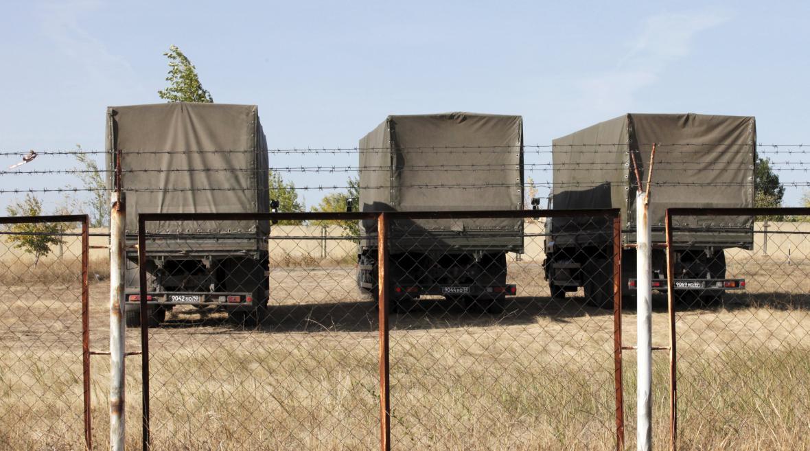 Armádní vozidla u zbrojního skladu v Bogučaru, kde má vzniknout nová ruská vojenská základna