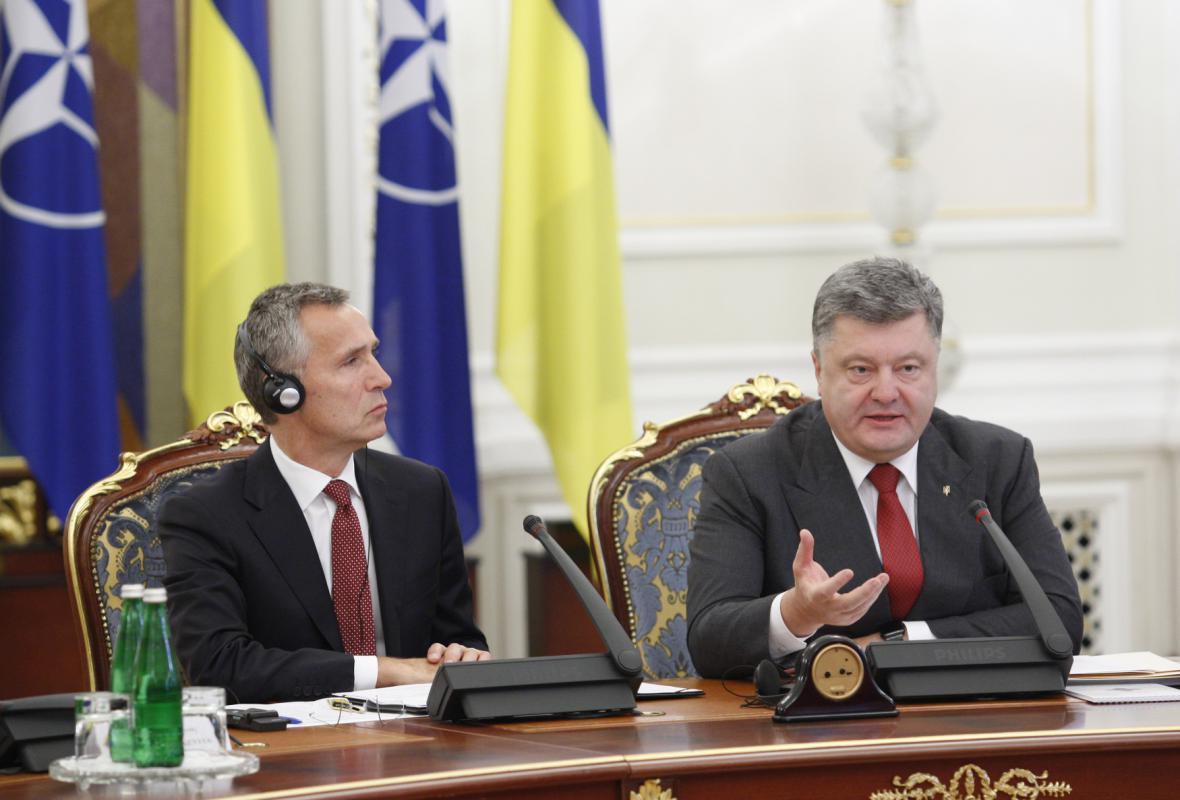 Šéf NATO Jens Stoltenberg při jednání s Porošenkem