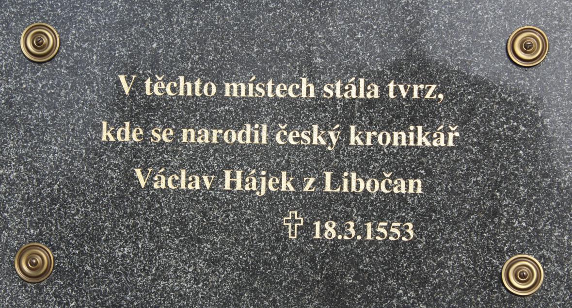 Pamětní cedule na barokním zámku, který vznikl na místě původní tvrze v Libočanech