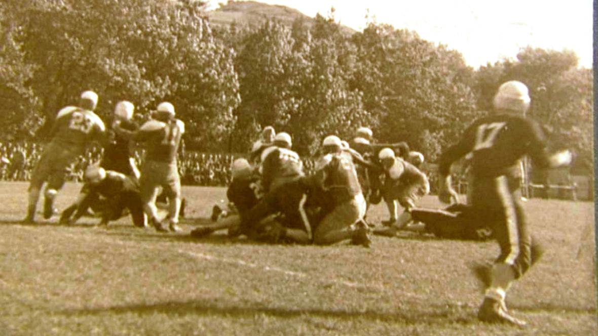 Zápas amerického fotbalu v Českém Krumlově v září 1945