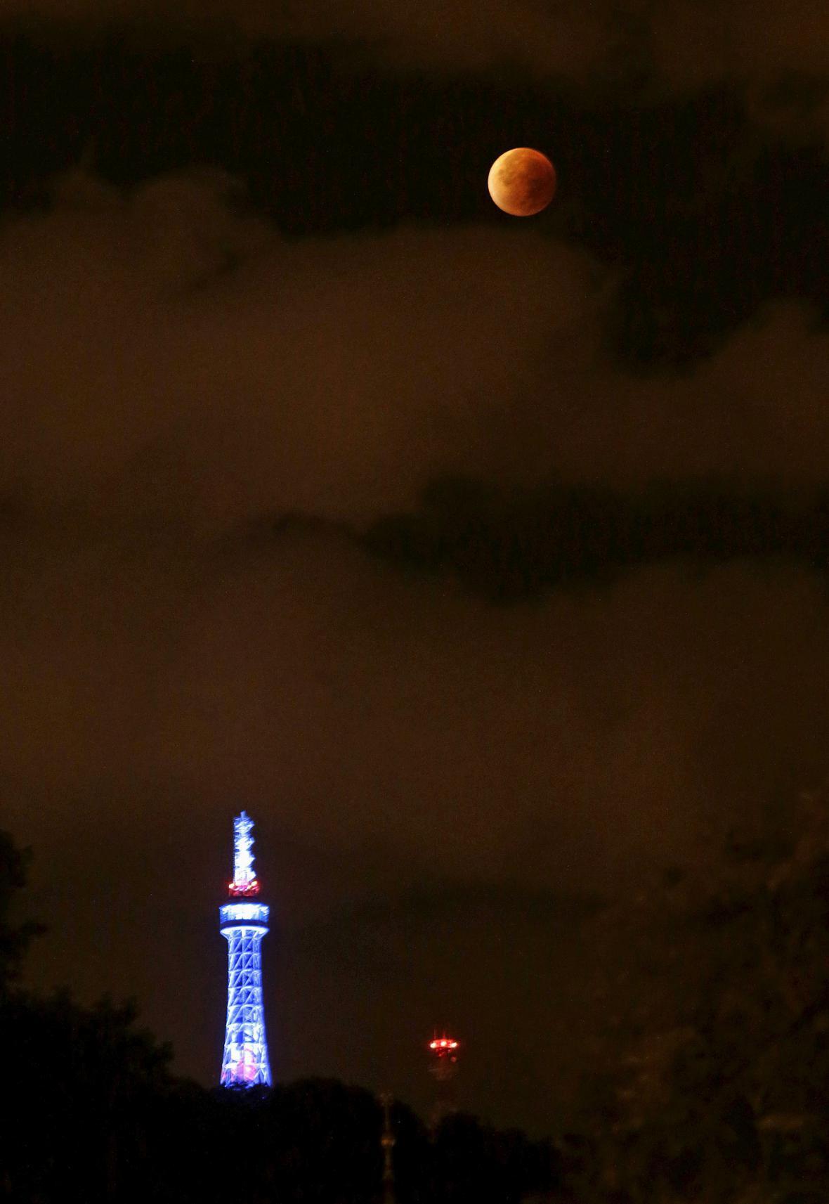 Superměsíc nad Petřínem