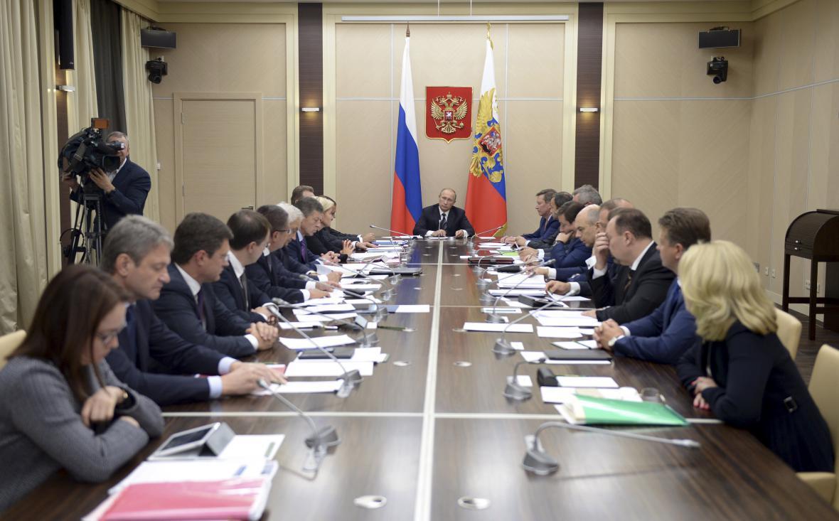 Vladimir Putin na setkání se členy vlády informoval o ruských náletech v Sýrii
