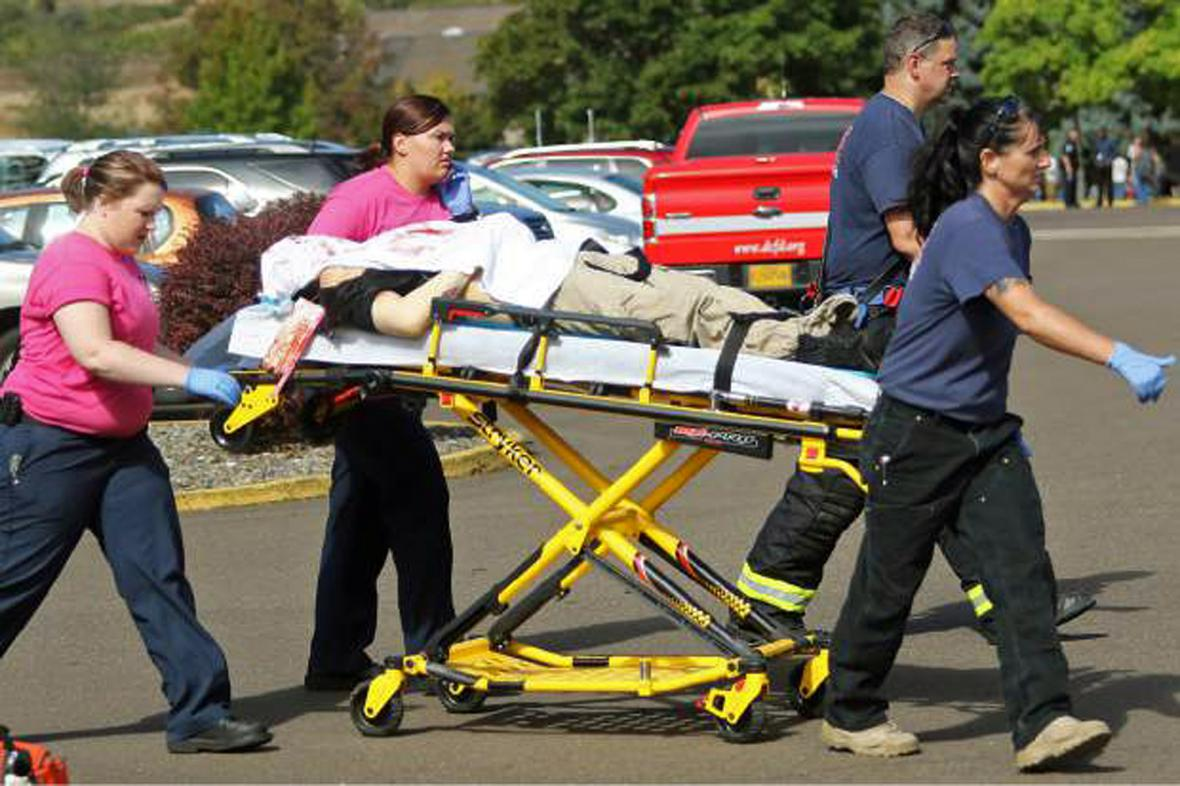 Záchranáři odvážejí zraněné po střelbě v kampusu Umpqua Community College v Oregonu