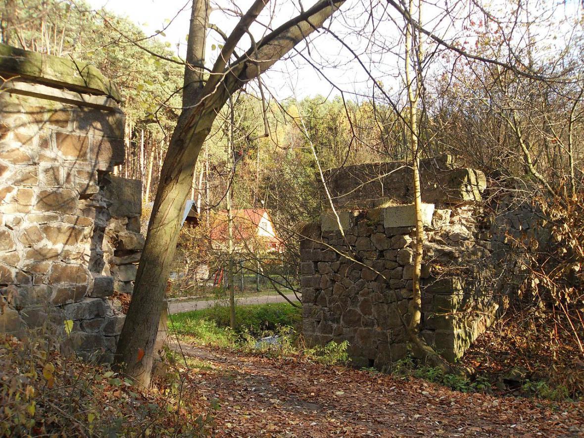 Zachované kamenné opěry mostu v údolí Ponávky