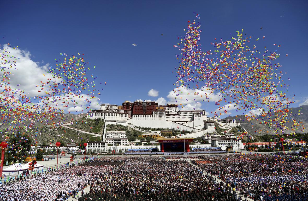 Přehlídka k 50. výročí vzniku Tibetské autonomní oblasti se odehrála v režii Pekingu