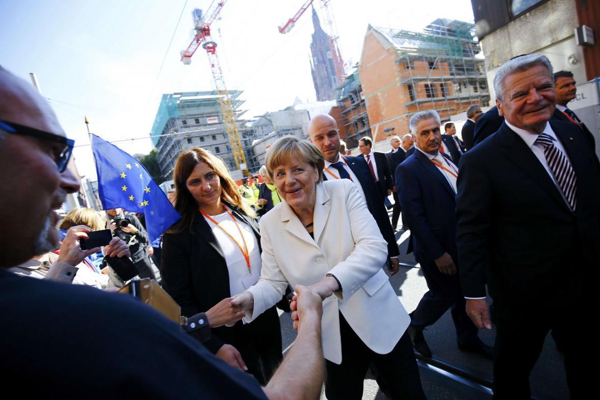 Angela Merkelová se ve Frankfurtu zdraví s účastníky oslav sjednocení
