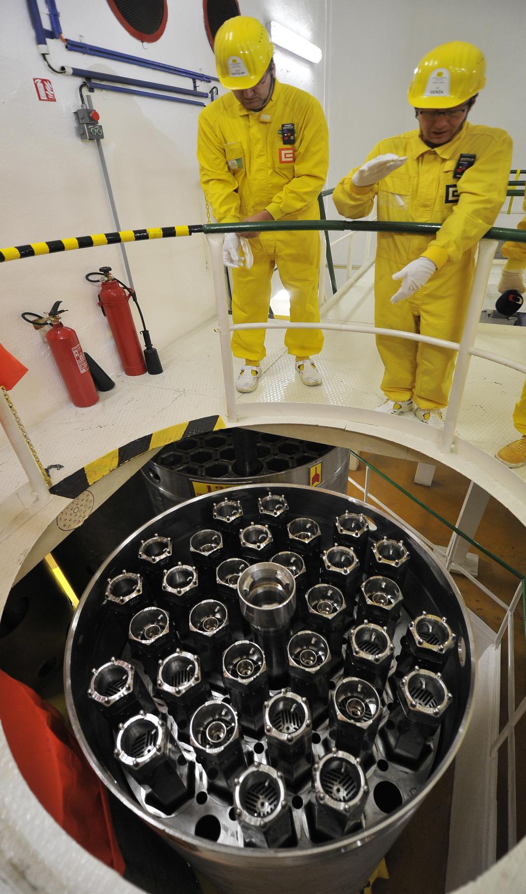 Pracovníci elektrárny připravují zásobníky s novými palivovými tyčemi pro dukovanský reaktor