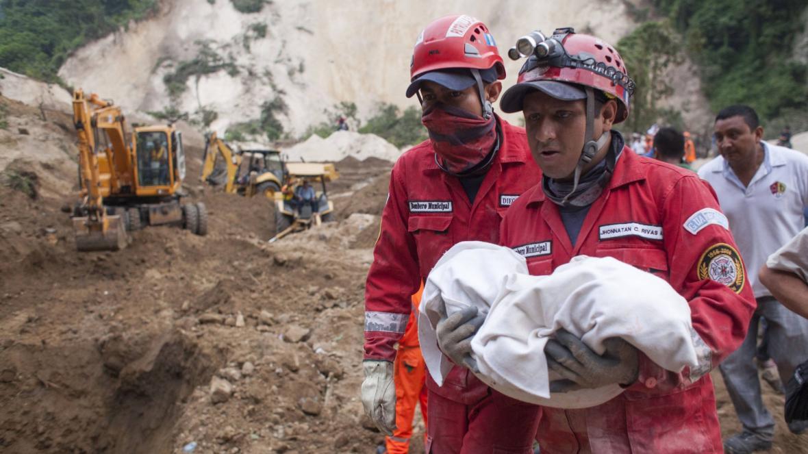 Záchranné práce po sesuvech půdy v Guatemale