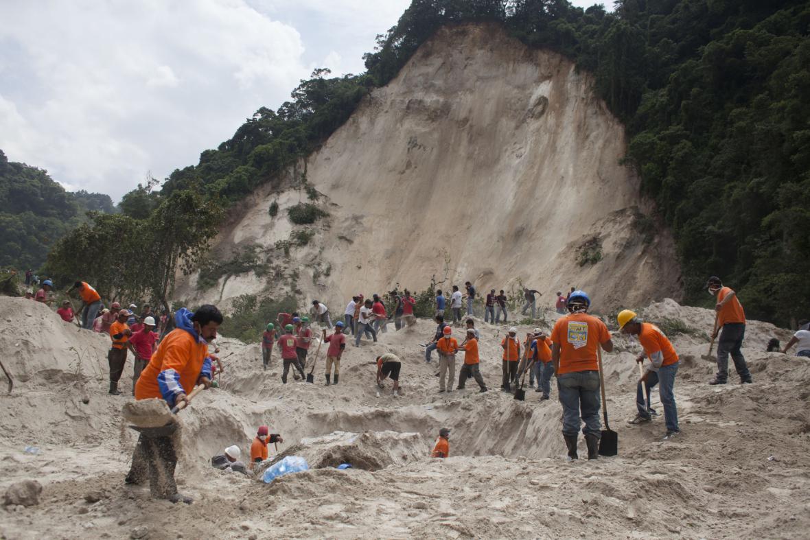 Záchranné práce po sesuvu půdy v Guatemale