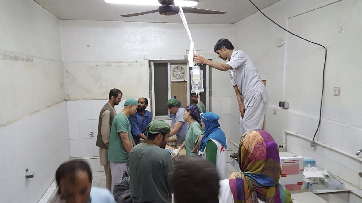 Lékaři po útoku obnovili operace na improvizovaném sále v nepoškozené části nemocnice