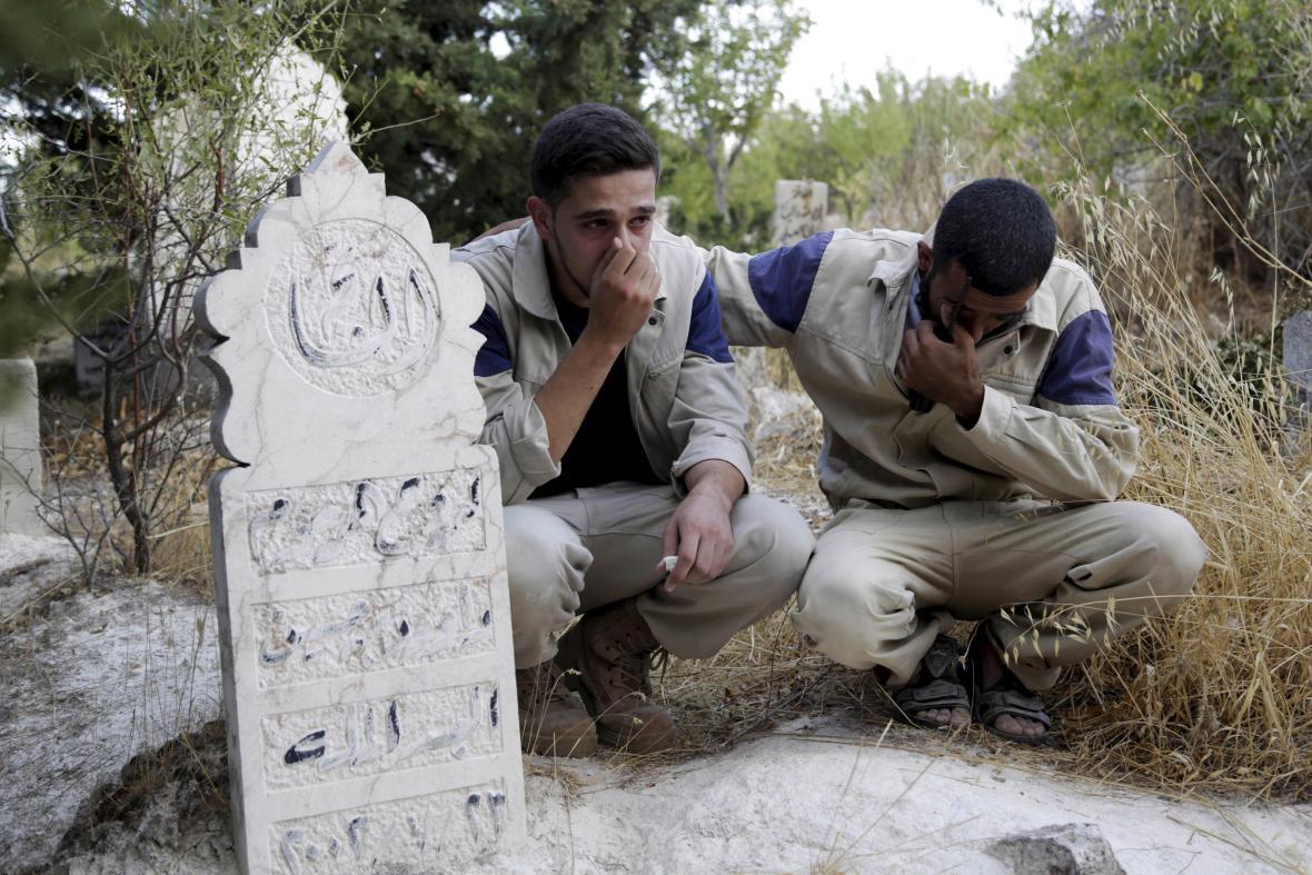 Členové syrské civilní obrany u hrobu údajné oběti ruských náletů