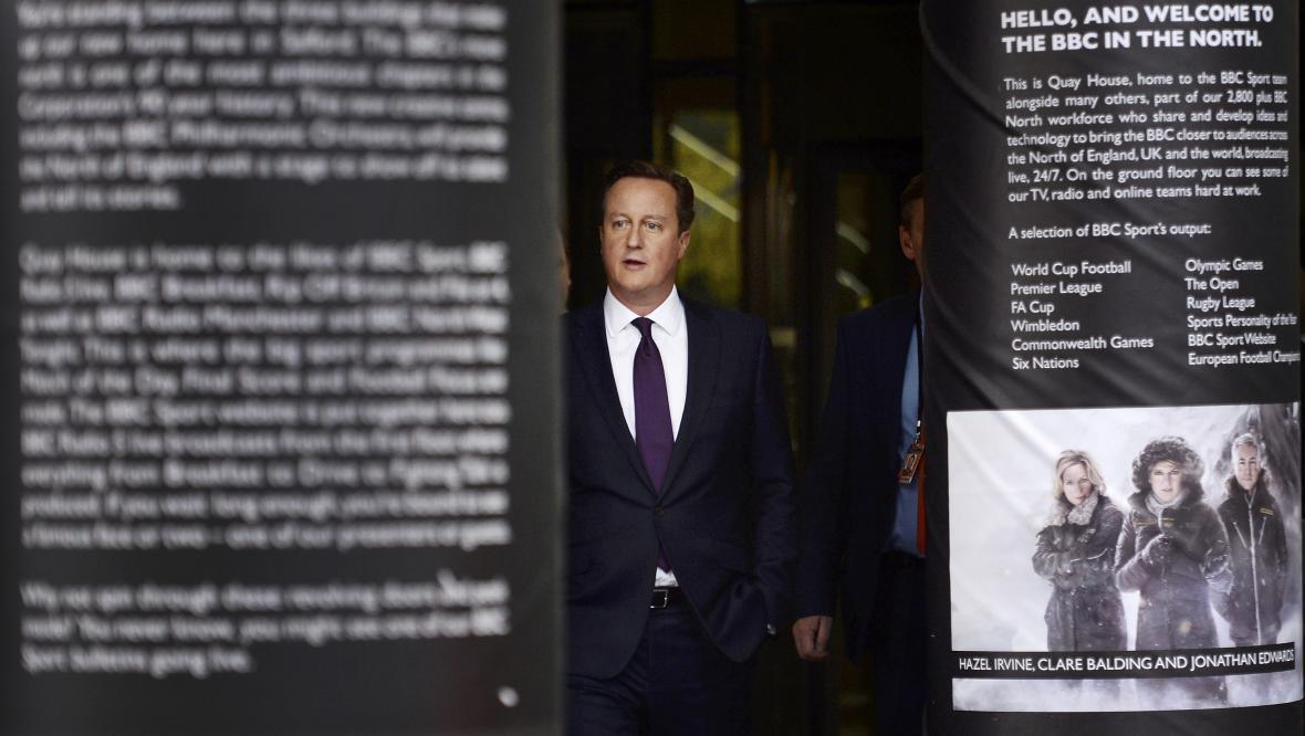 David Cameron opouští po svém televizním vystoupení studio BBC