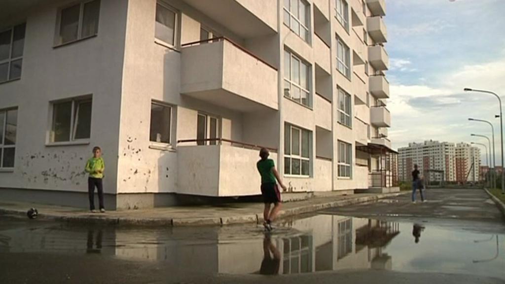 Opuštěné domky slouží jako smutná kulisa