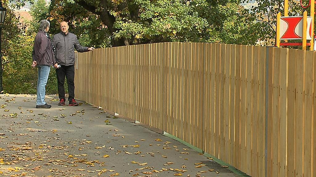 Nový plot dětského hřiště je podle místních příliš výrazný