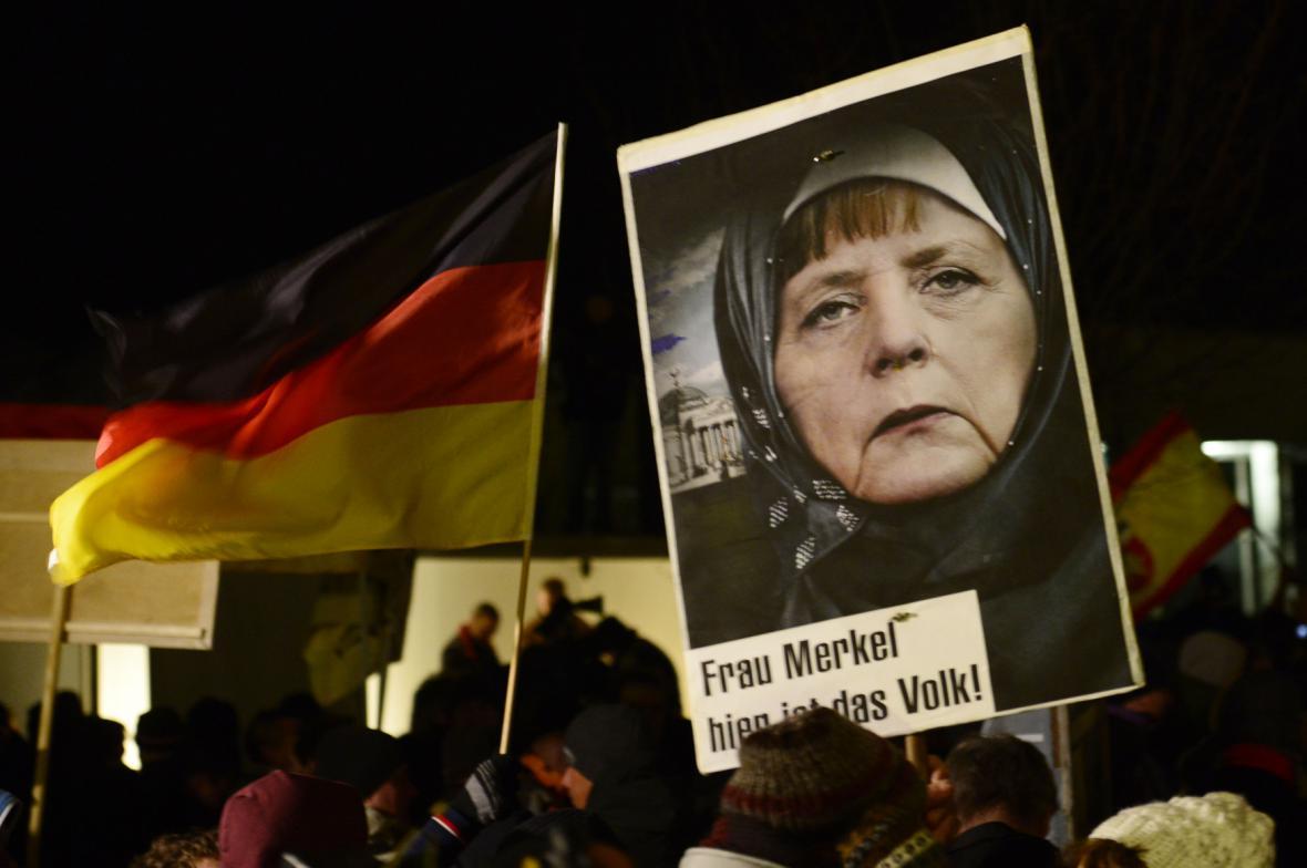 Angelu Merkelovou vyobrazuje jako muslimku Pegida