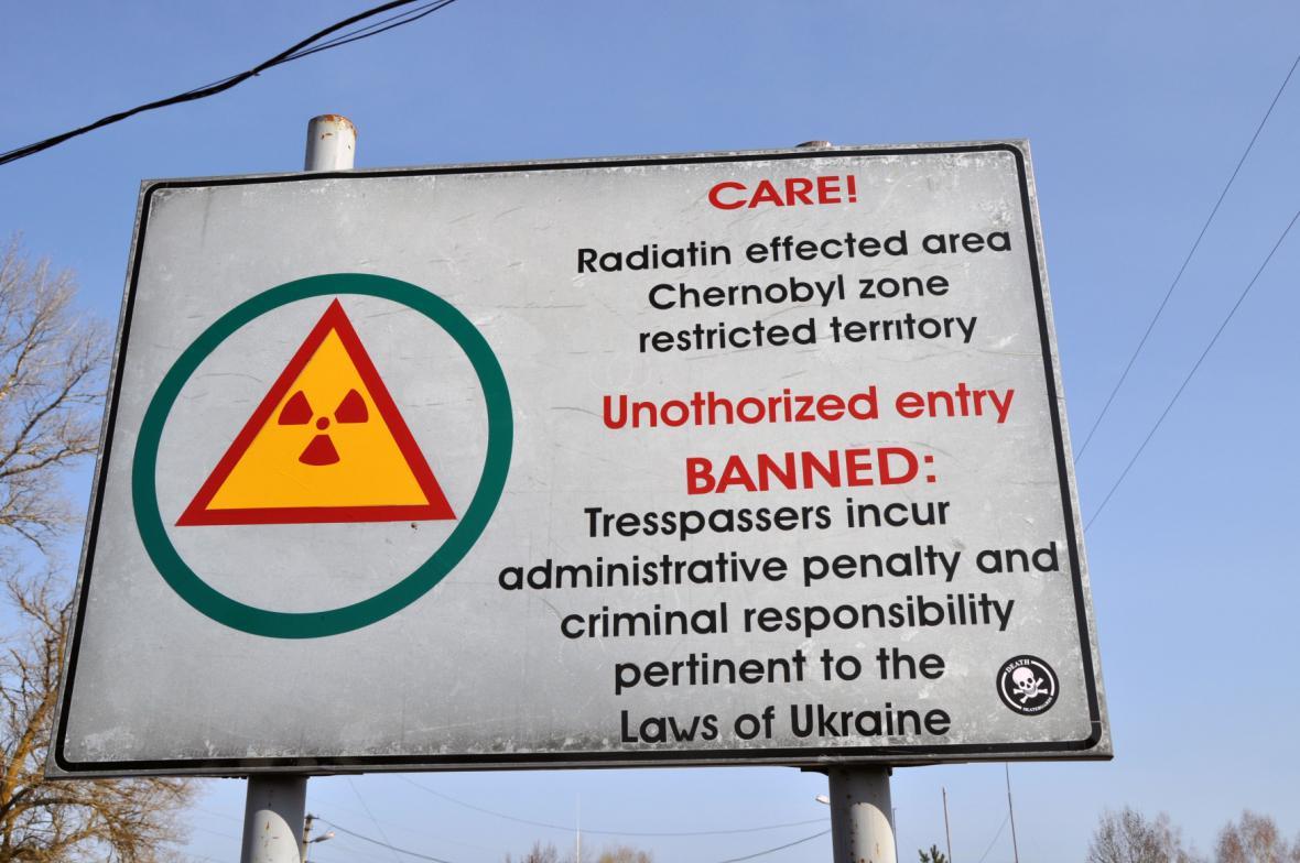 Výstražná tabule upozorňuje na zakázanou zónu