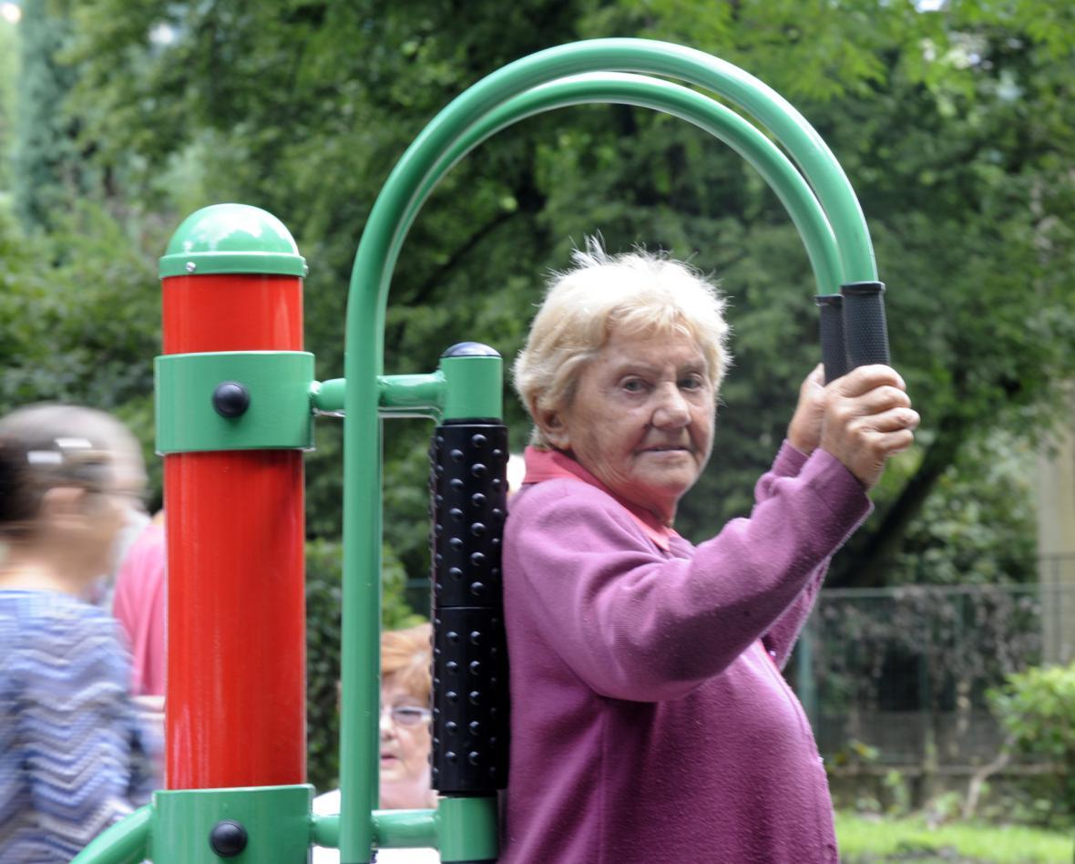 Důchodkyně posiluje