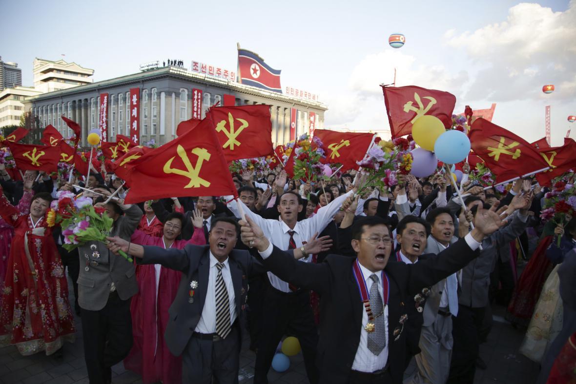 Severokorejci provolávají slávu vůdci Kim Čong-unovi