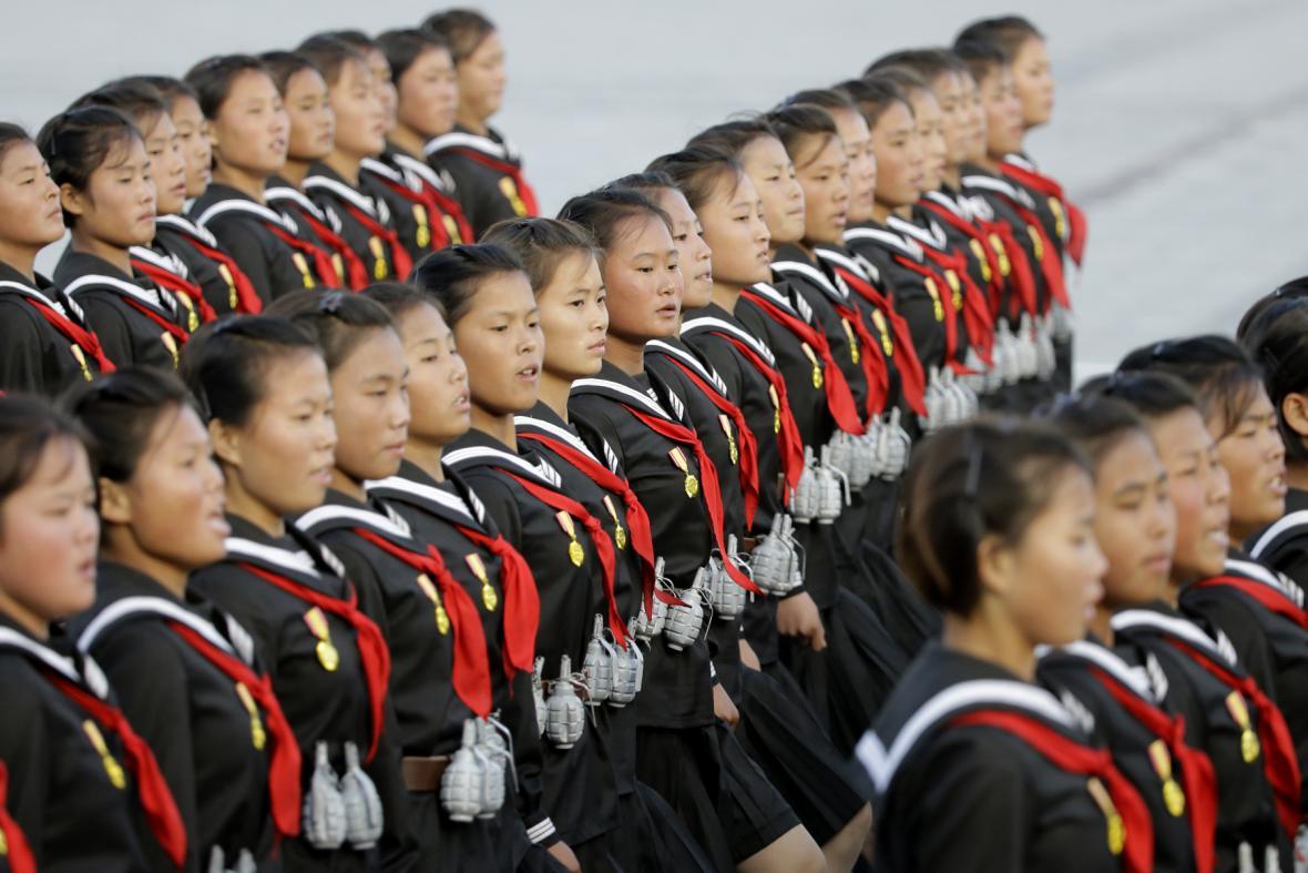 Dívky se zavěšenými modely granátů