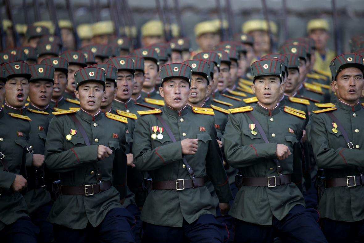 Vojáci při vojenské přehlídce v centru Pchjongjangu