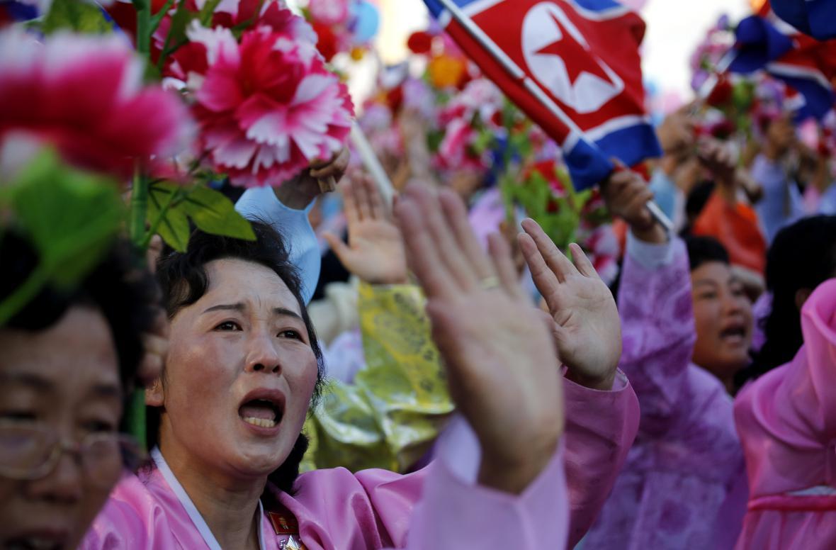 Ženy mávají směrem k tribuně s vedením Korejské strany práce