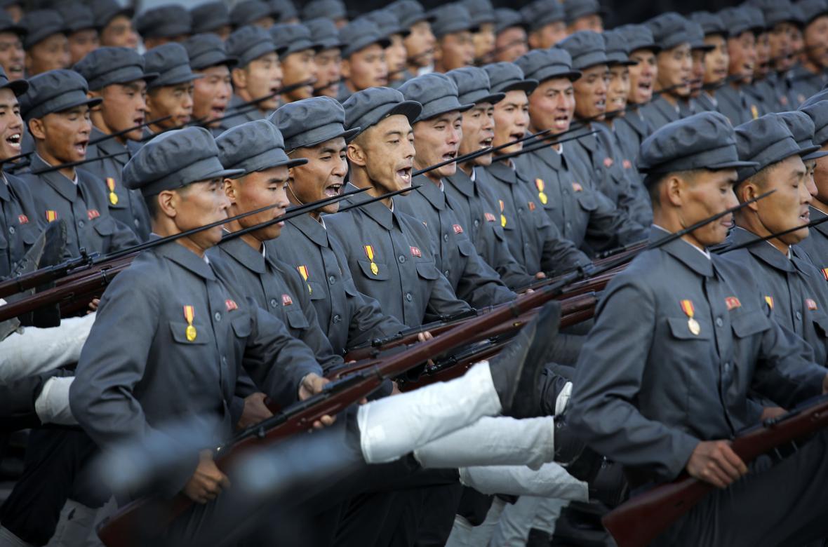 Vojáci při přehlídce v centru Pchjongjangu