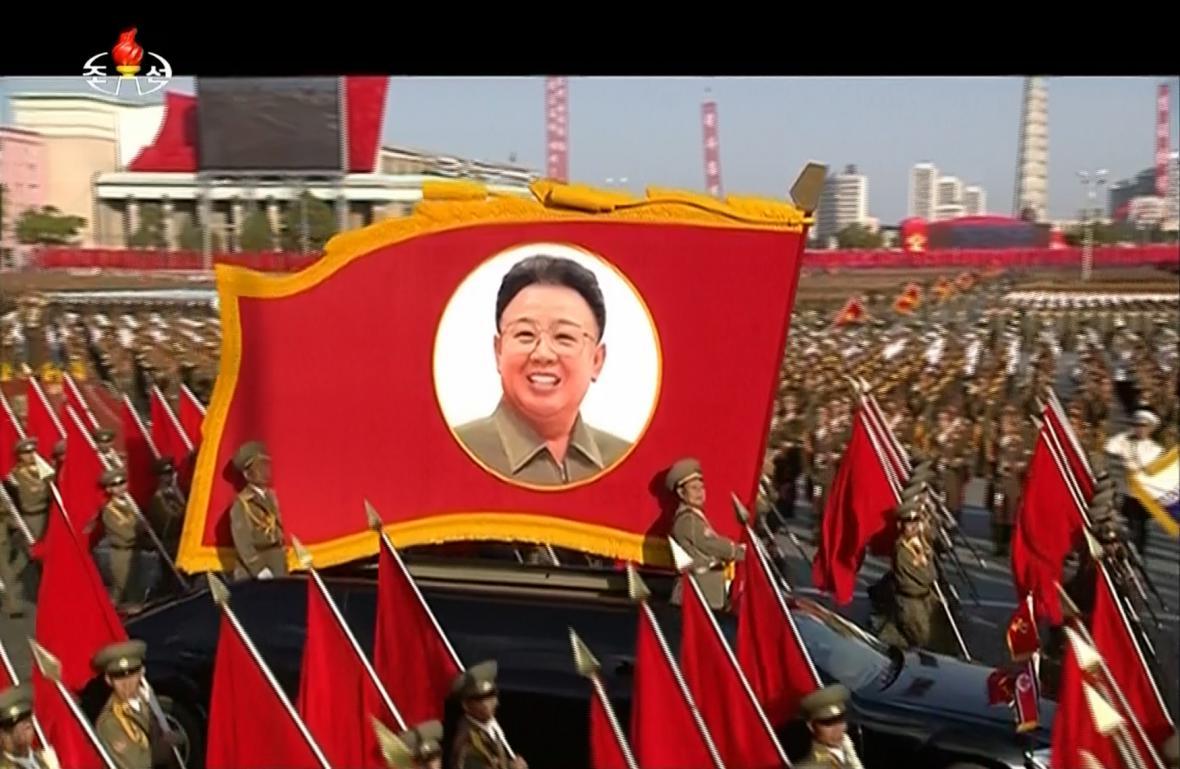 Vlajka s fotografií bývalého vůdce KLDR KIm Čong-ila