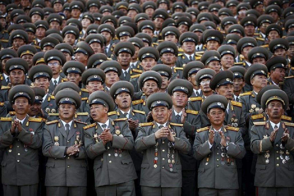Důstojníci tleskají při vojenské přehlídce