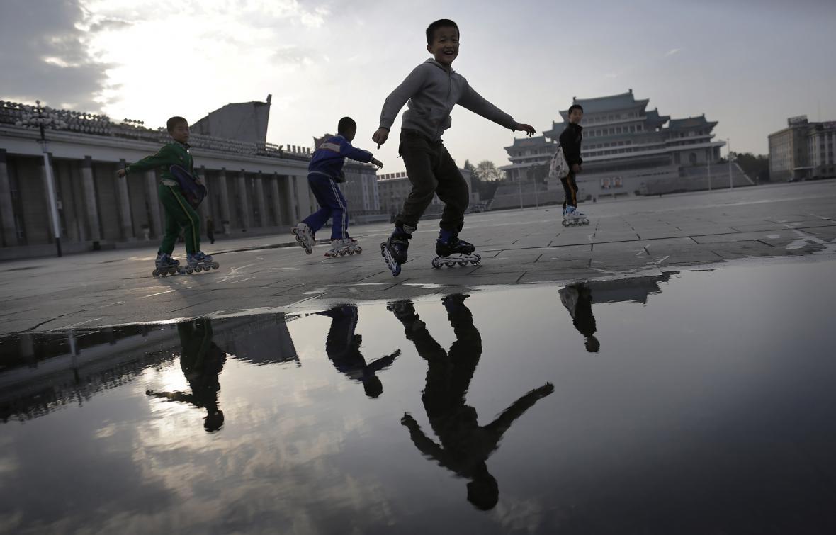Děti bruslí v centru Pchjongjangu