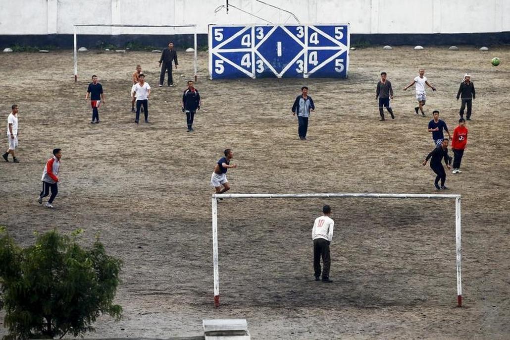 Fotbal na předměstí metropole KLDR