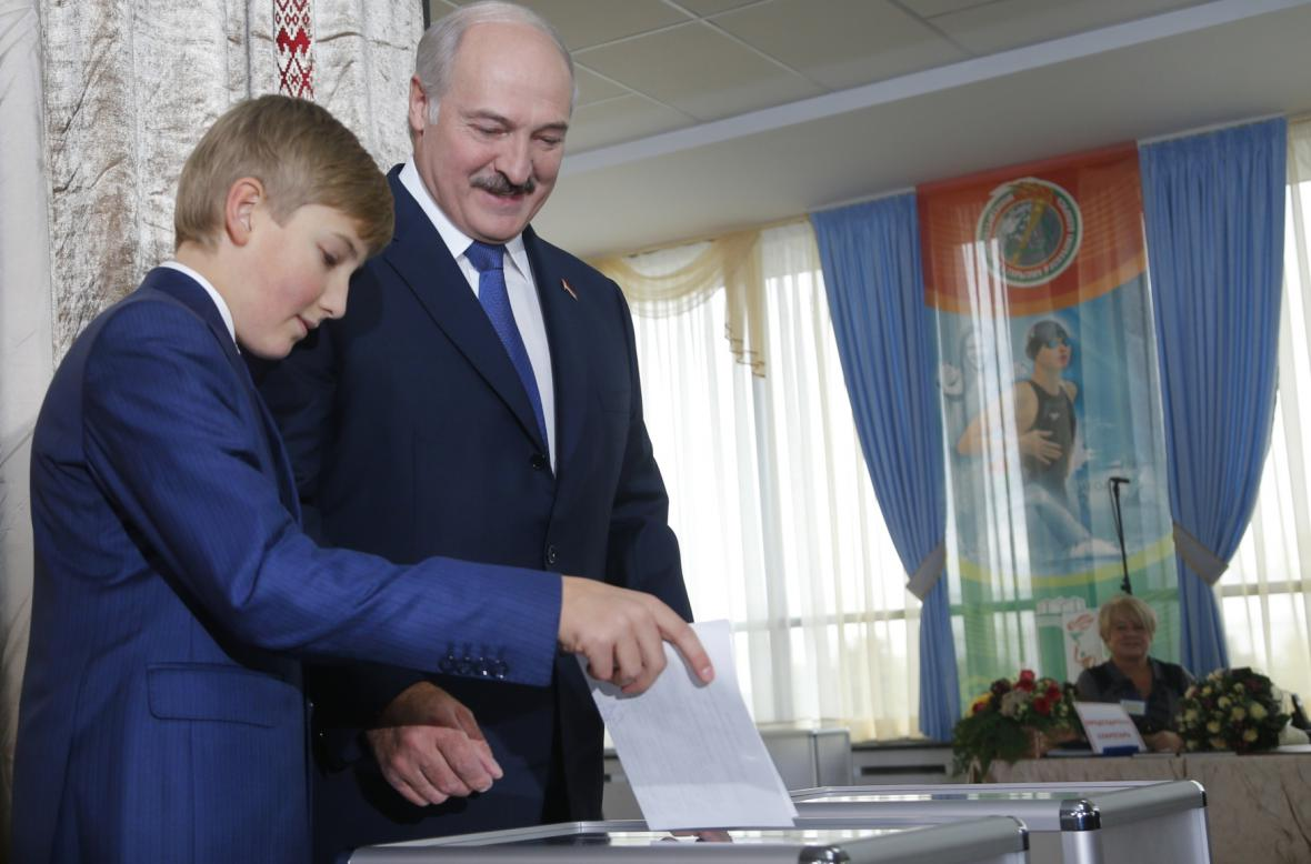 Alexandr Lukašenko při prezidentské volbě se synem Nikolajem
