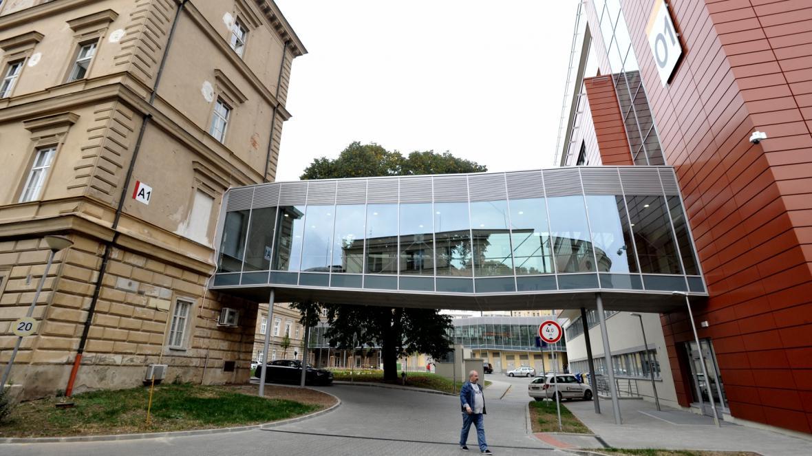 Můstek spojuje nový pavilon intenzivní medicíny se zbytkem budov Fakultní nemocnice u sv. Anny