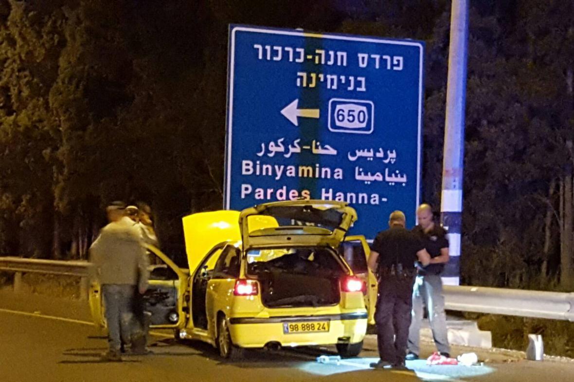 Izraelská policie zkoumá vůz, jímž Palestinec najel u Hadery do lidí čekajících na autobus