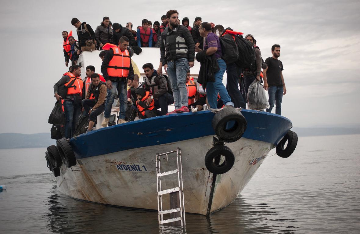 Migranti přijíždějí k řeckému ostrovu Lesbos
