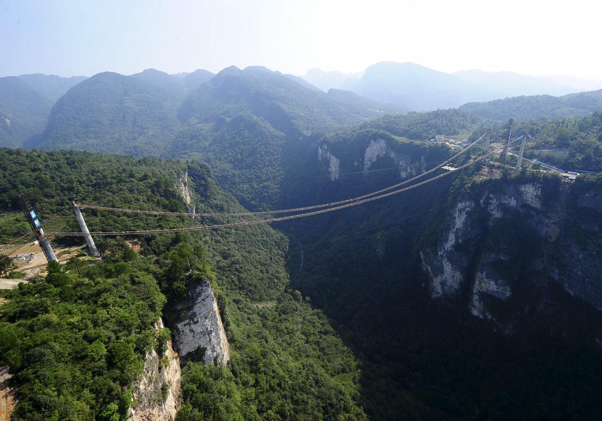 Stavba skleněného mostu v Číně