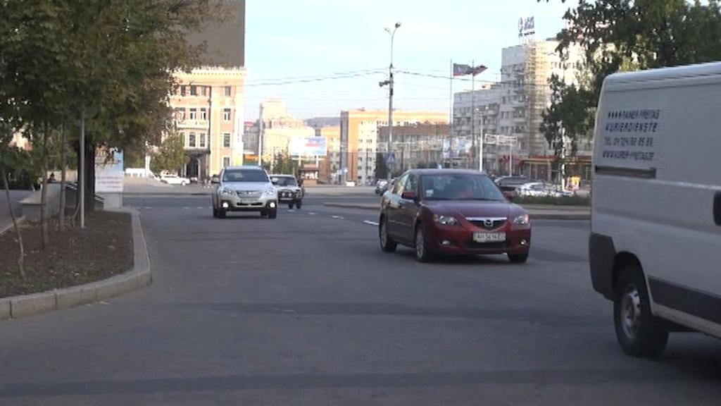 Donedávna bylo město válečnou zónou, teď se do ulic vrací auta