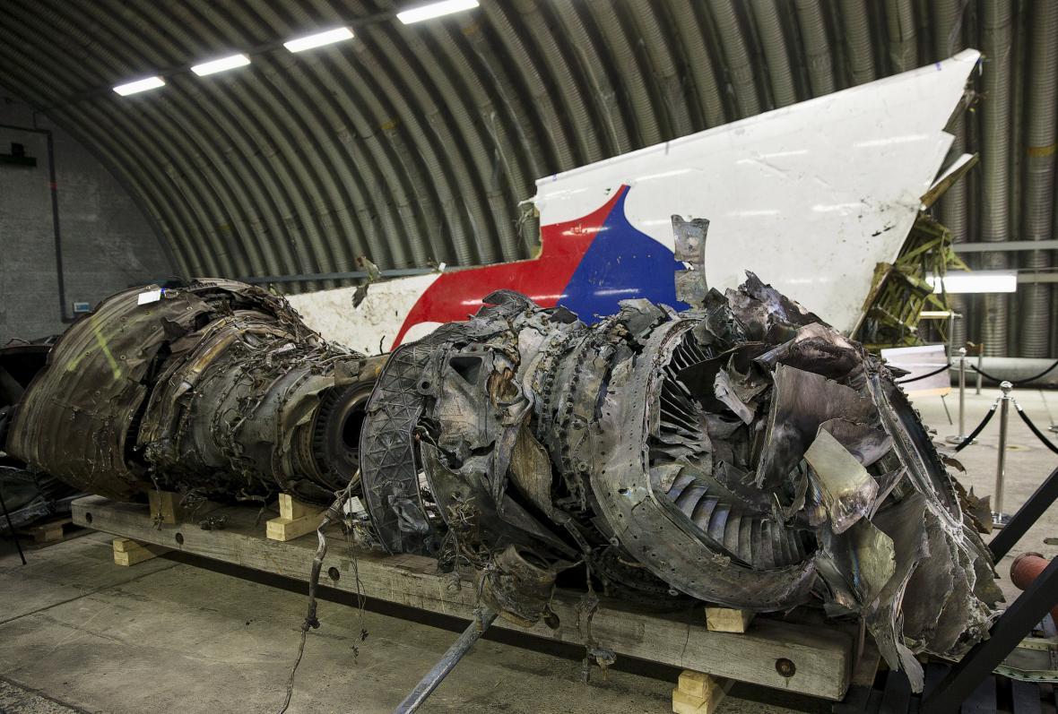 Zbytky jednoho z motorů MH17