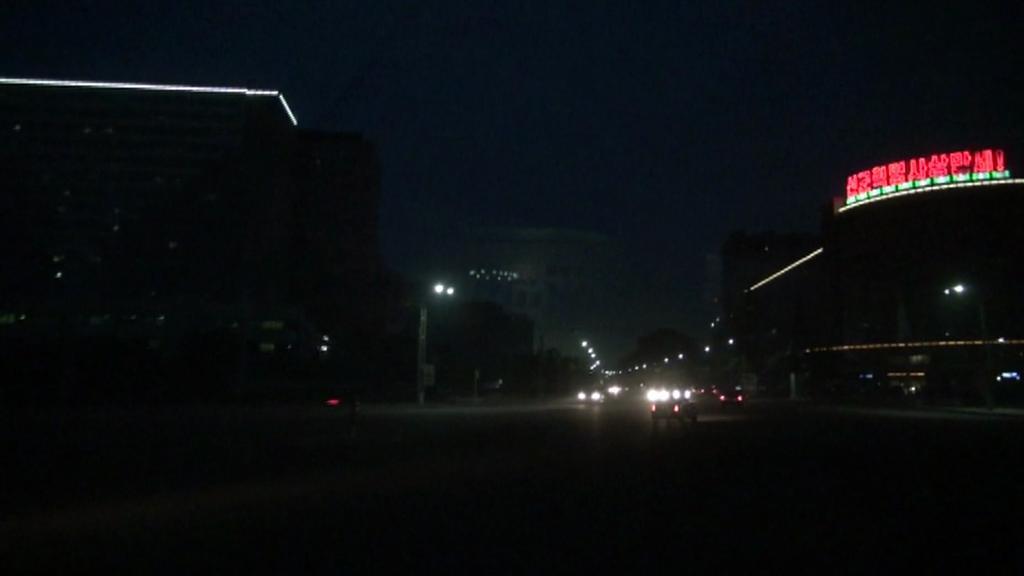 Po setmění Pchjongjang jen slabě bliká