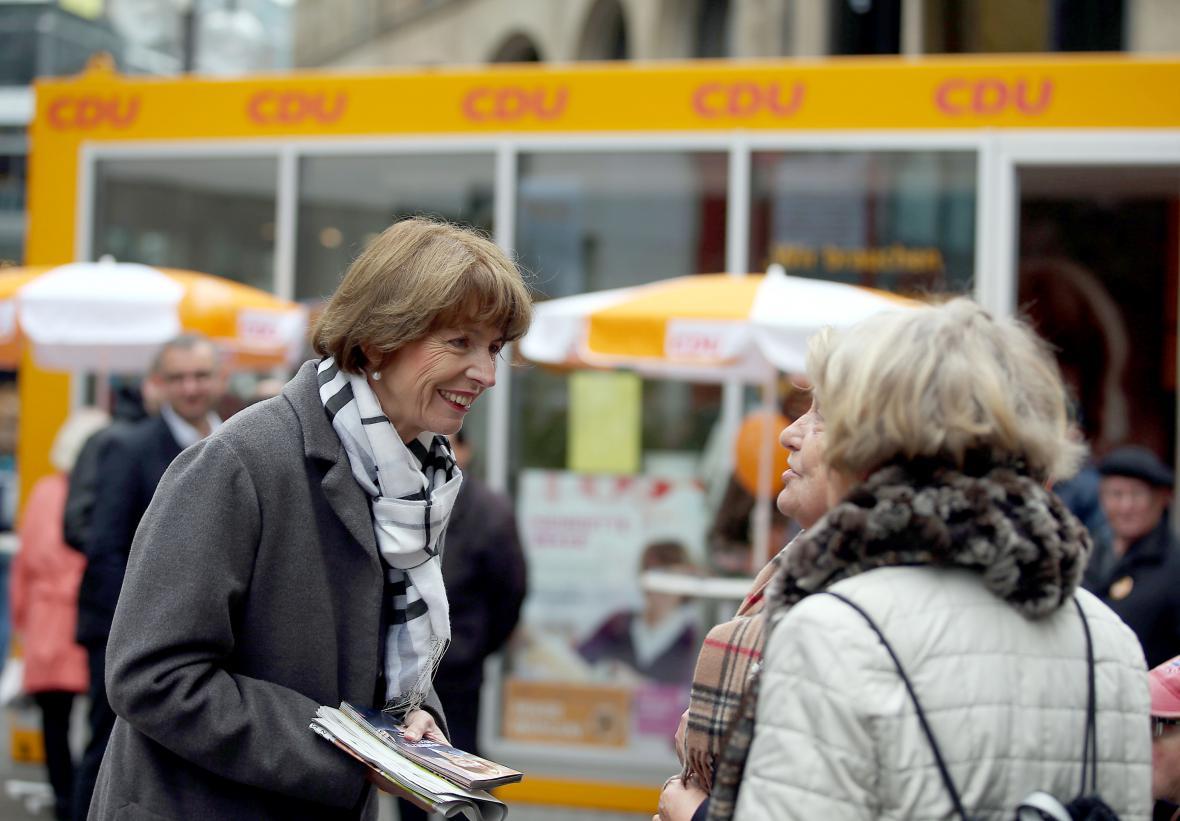 Henriette Rekerová (vlevo) během předvolební kampaně