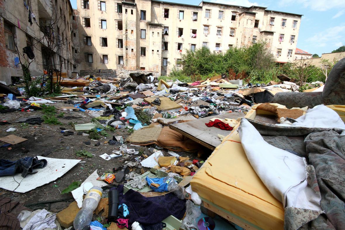 Čtvrt Předlice, vnitroblok plný odpadků