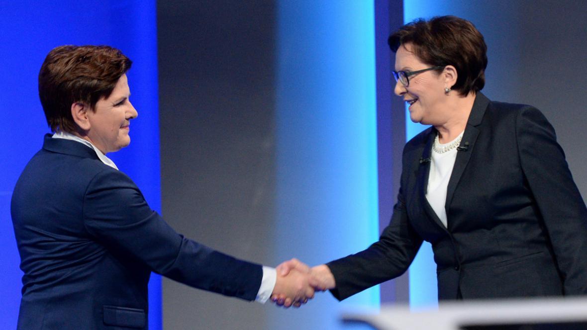 Beata Szydlová (vlevo) a Ewa Kopaczová v předvolební televizní debatě