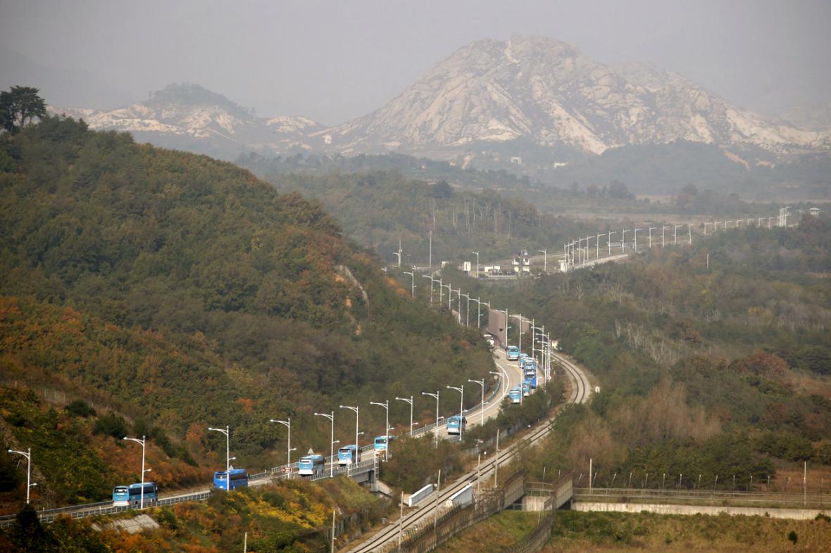 Autobusy s jihokorejskými účastníky jedou na setkání rodin rozdělených válkou