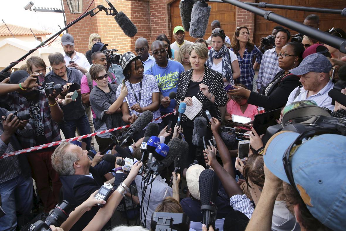 Mluvčí Anneliese Burgessová přečetla zástupcům médií prohlášení rodiny Oscara Pistoriuse
