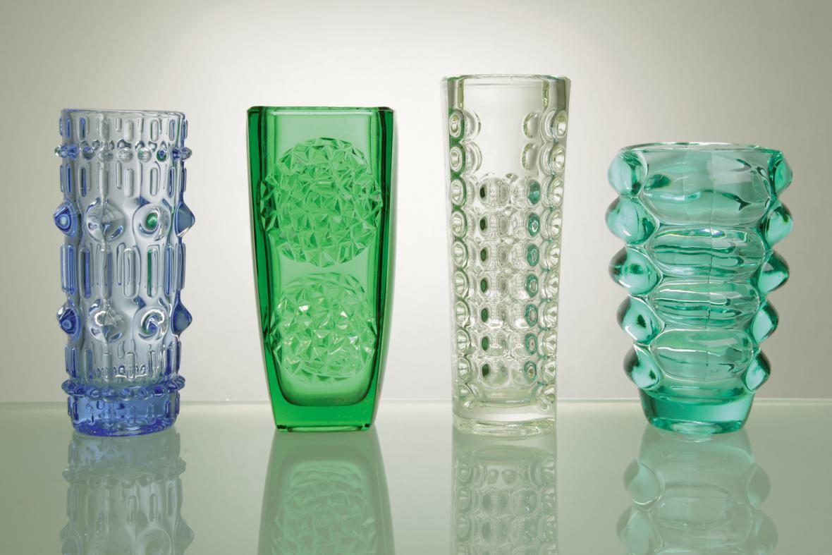 různí autoři, vázy z lisovaného skla, po 1960
