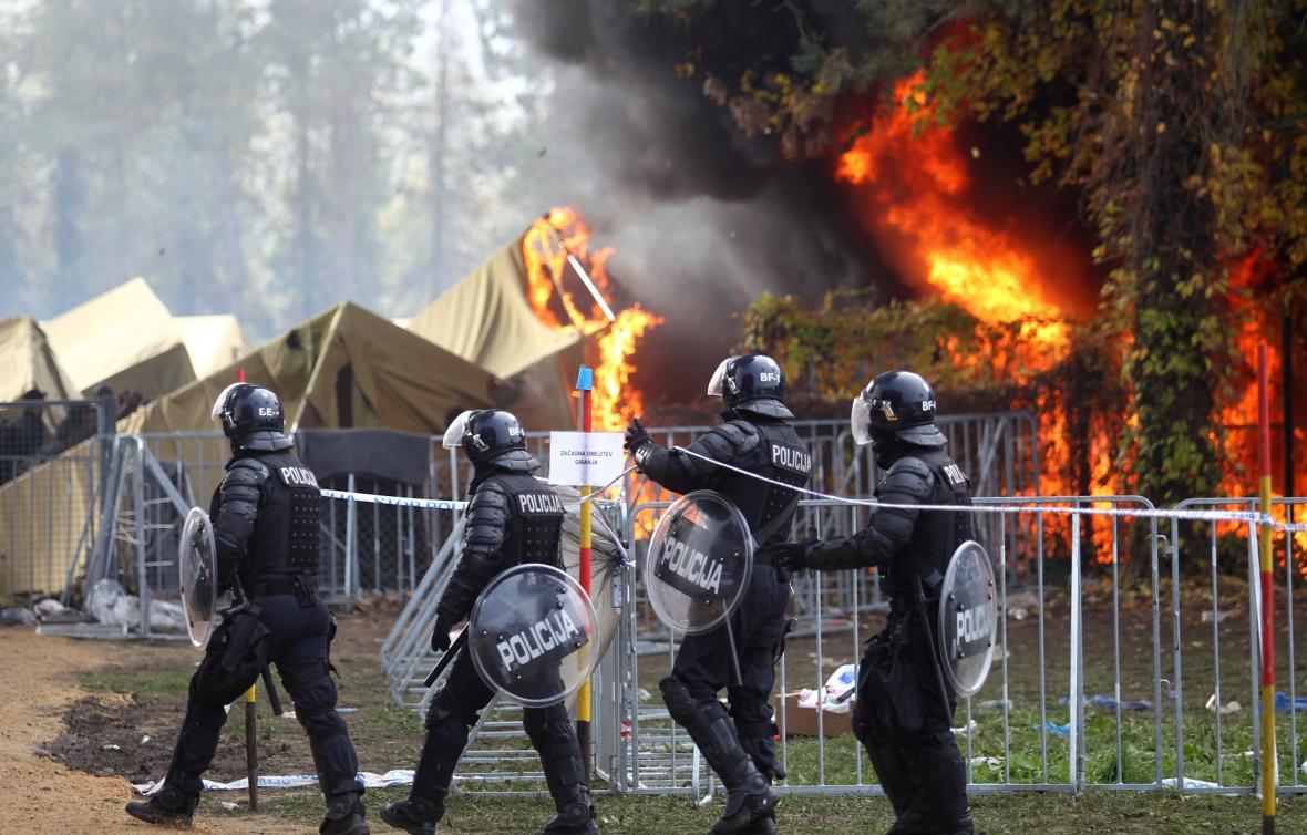 Hořící stan ve slovinském městě Brežice