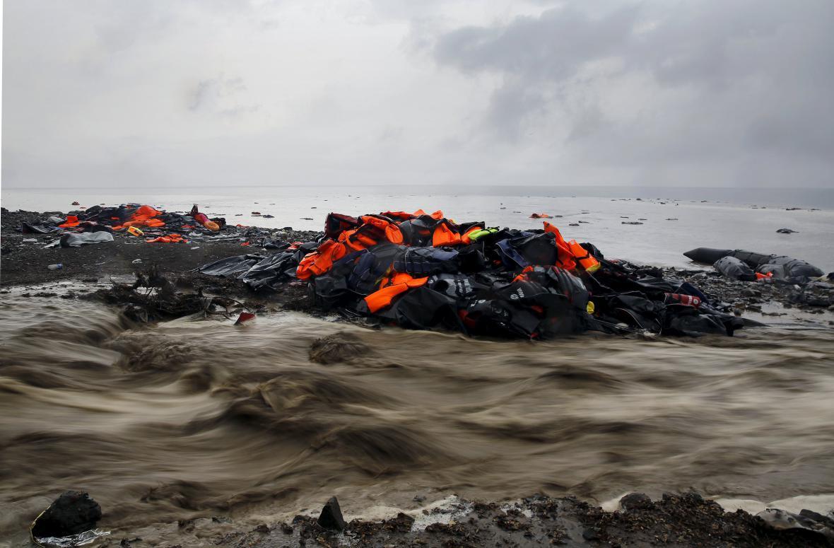 Záchranné vesty na pláži řeckého ostrova Lesbos