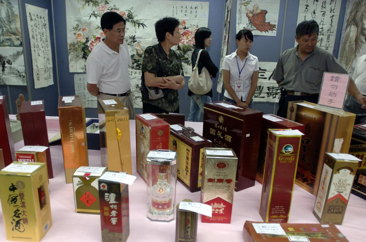 Výstava alkoholu, který byl použit jako úplatek pro vládní úředníky