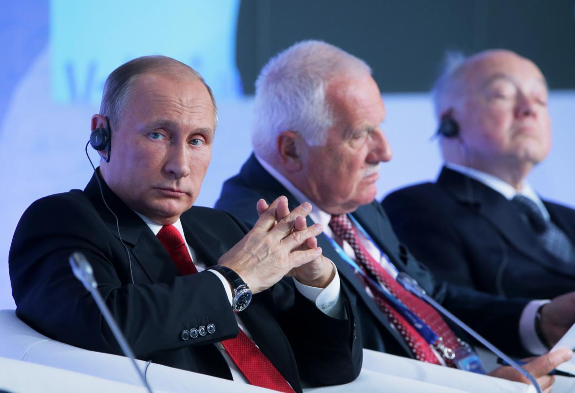 Vladimir Putin s ostatním řečníky během konference Valdajského klubu